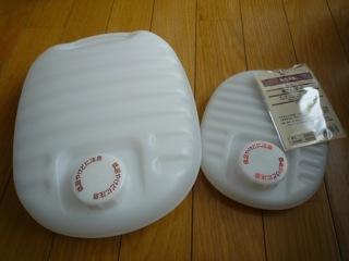 ポリエチレン湯たんぽ大と小のふたつ。 親子湯たんぽです。
